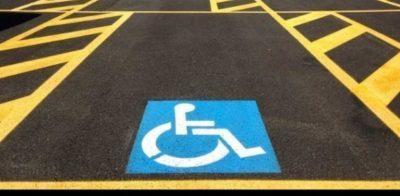 Multe più salate per chi parcheggia nei posti riservati alle persone con disabilità